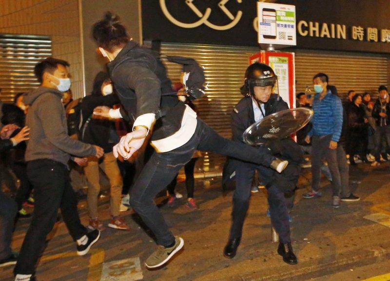 香港爆發大規模警民衝突(美聯社)