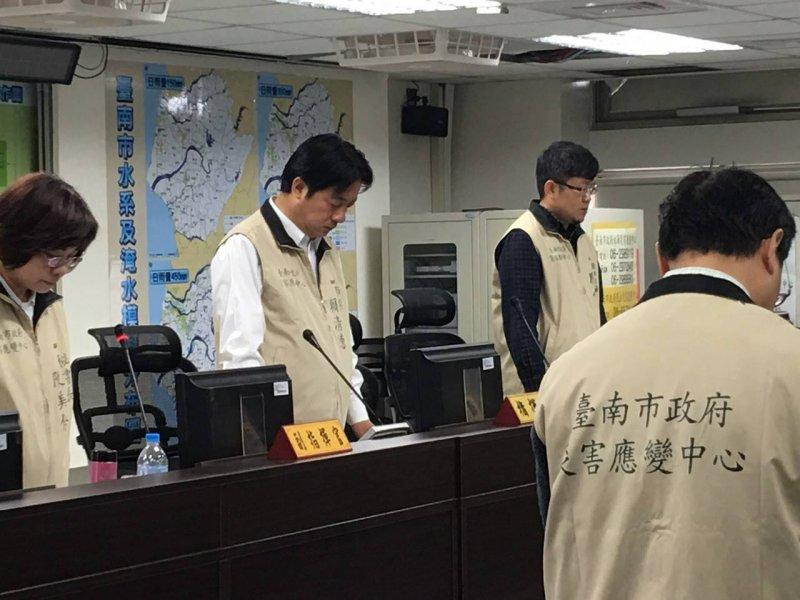 台南市長賴清德12日上午召開「0206震災災害應變中心指揮官工作會議」,為死難者默哀(賴清德臉書)