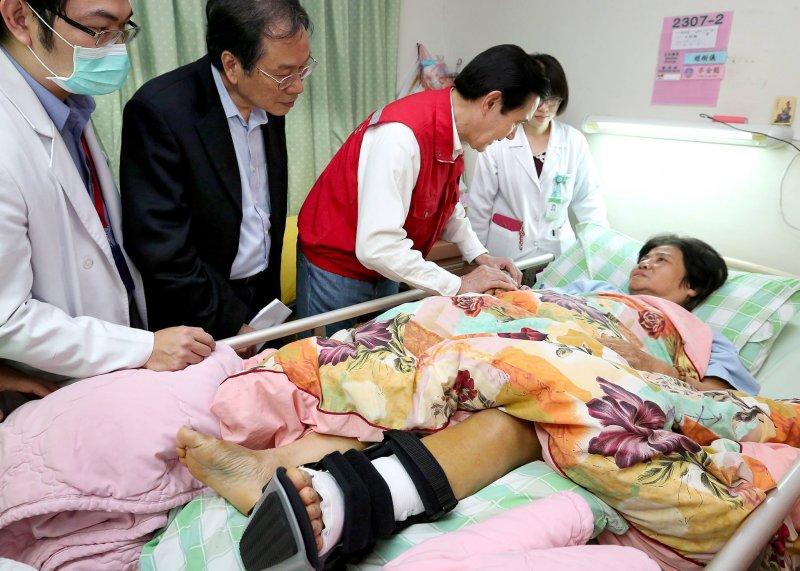 馬英九總統12日前往台南,慰問地震傷患(馬總統臉書)