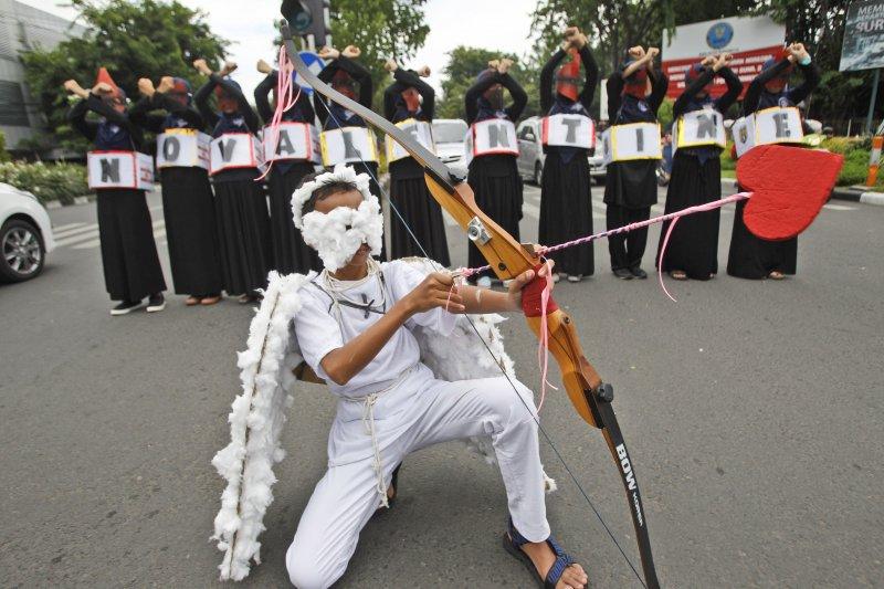 印尼學生走上街頭,呼籲穆斯林別過情人節(美聯社)