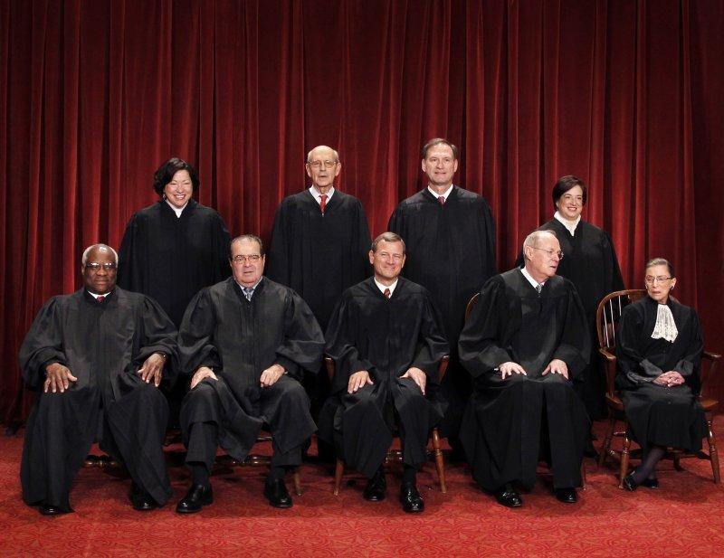 美國聯邦最高法院大法官,前排左起:湯瑪斯、史卡利亞、羅伯茲、甘迺迪、金斯堡;後排左起:索托馬約爾、布瑞爾、阿利托、卡根(美聯社)