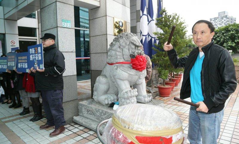 國民黨中常會,台北市議員、國民黨主席參選人李新擊鼓表示參選決心。(陳明仁攝)