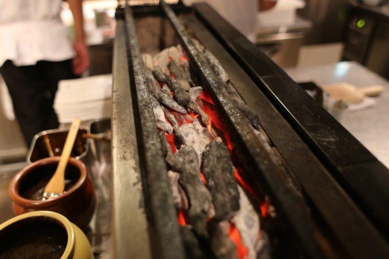 """烤雞串大部分的店鋪是使用""""瓦斯""""或者""""炭""""來燒烤的。(圖/MATCHA)"""