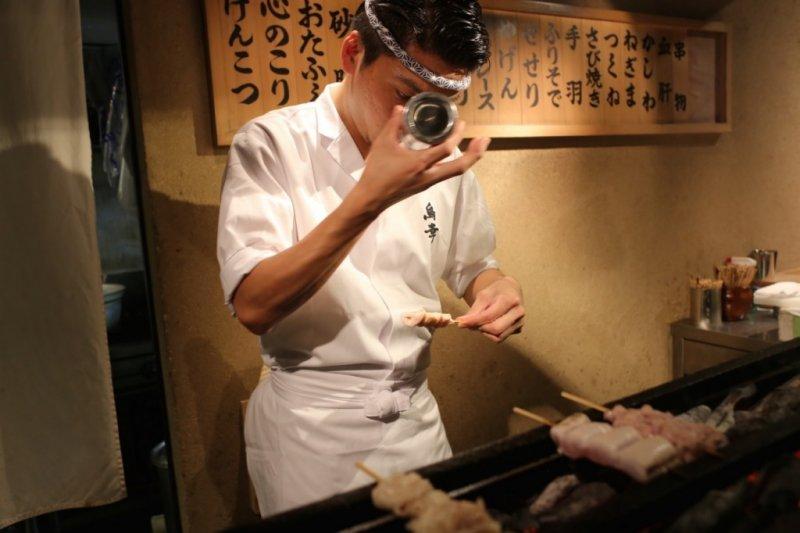 在燒烤之前,廚師們會在雞串上撒好鹽。(圖/MATCHA)