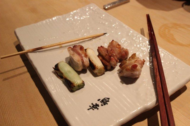 盡量直接拿起竹棍吃,才是對廚師們的尊重。(圖/MATCHA)