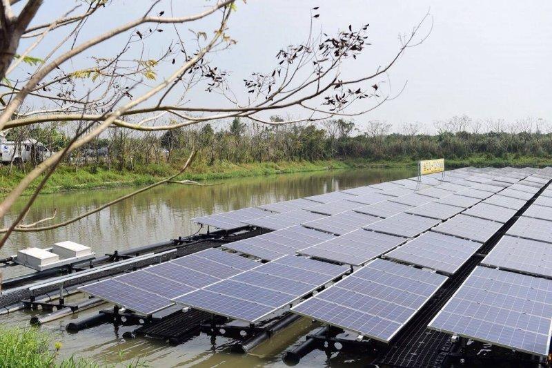 蔡英文表示,蔡英文致詞時表示,浮動的光電設施,「不僅可以發電,更能夠讓土地的垂直利用發揮出來,在日照很強的屏東,非常有發展的潛力」。(取自蔡英文臉書)