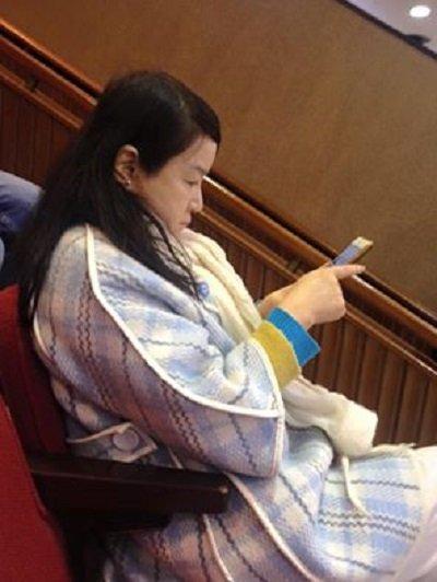 名嘴周玉蔻以旁聽身份進場觀察立法院首日開議,大概沒想到自己也成為「捕捉」對象。(來源:陳季芳臉書)