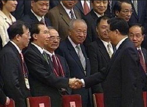2005年連胡會,胡錦濤與隨團台商會面時,和張國政手八秒成為焦點。(中評社)