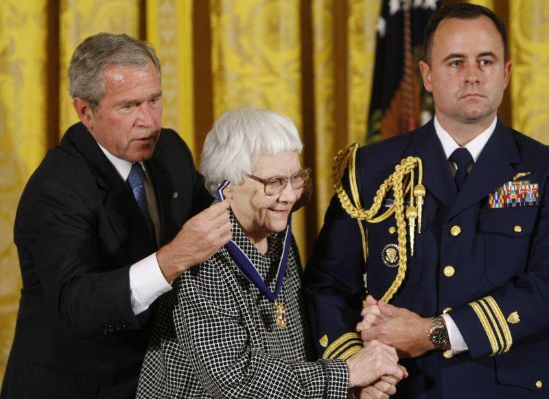 哈波.李2007年接受小布希總統頒授總統自由勳章(美聯社)