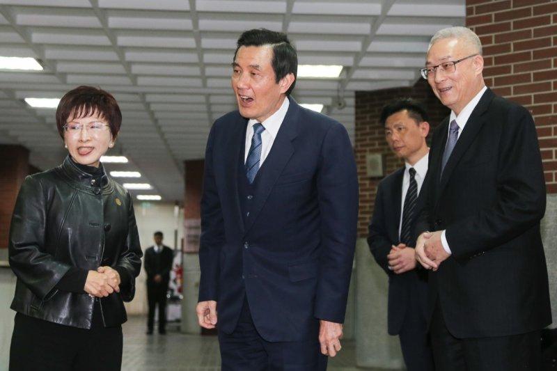 洪秀柱(左)在一旁,被問到國民黨主席補選要支持誰時,總統馬英九(中)為之一愣。(陳明仁攝)