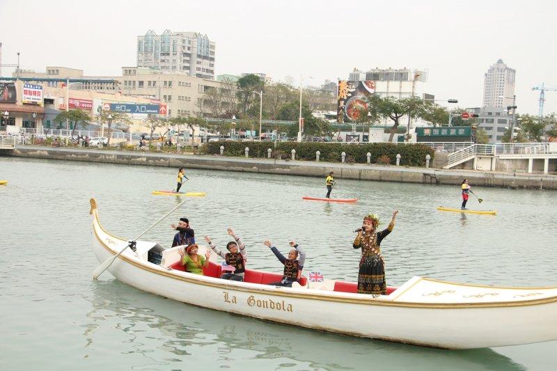 魯凱族歌手金秀麗乘坐愛河貢多拉船,為高雄國際午宴嘉賓演唱。(高雄市政府提供)