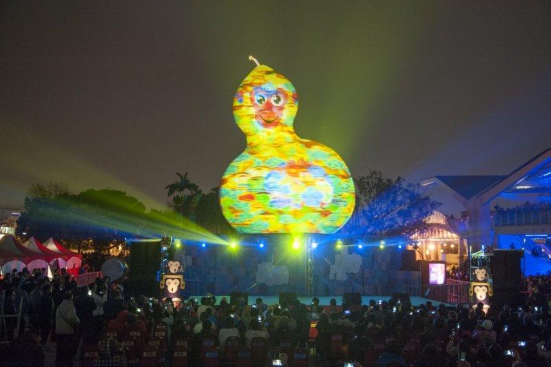 2016台北燈節20日開幕,主燈「 福祿猴」正式點燈。台北市長柯文哲評為「雖然沒有扳回一城,但至少沒有一路敗到底。」(林俊耀攝)
