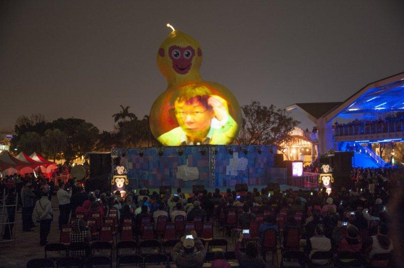 2016台北燈節20日開幕,主燈「 福祿猴」正式點燈,將台北市長柯文哲抓頭的表情投射在身上。(林俊耀攝)