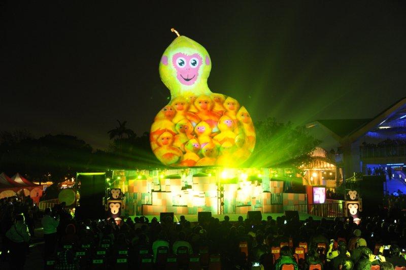 2016台北燈節20日開幕,主燈「 福祿猴」正式點燈,投射無數的小猴子在身上。(林俊耀攝)