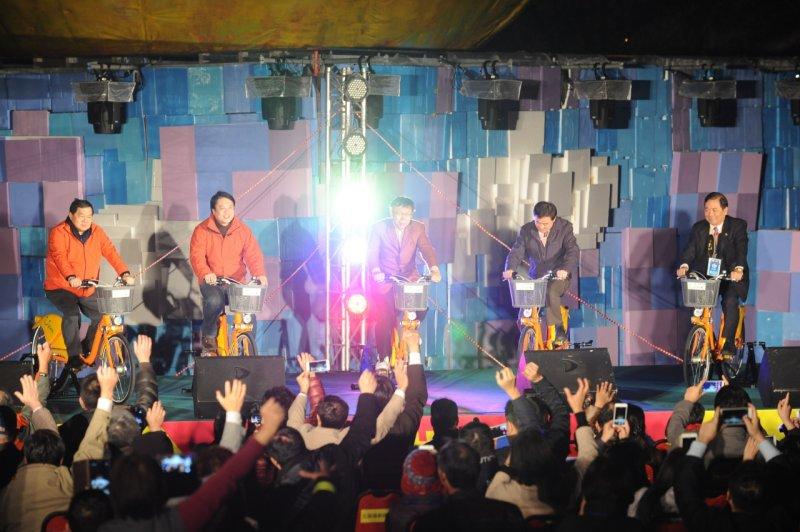 台北市長柯文哲(中)騎著Youbike,為福祿猴點燈開幕。(林俊耀攝)