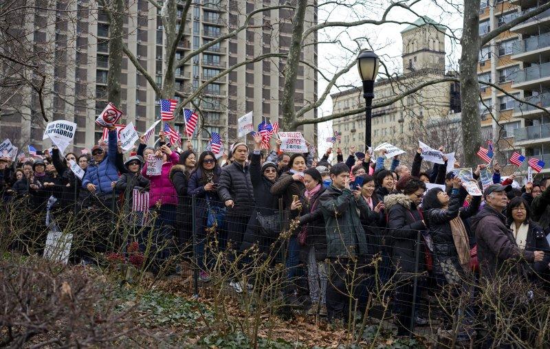 紐約華裔警員梁彼得誤殺黑人遭起訴,紐約民眾上街聲援(美聯社)