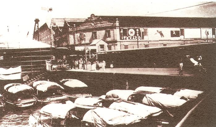 嘩啦嘩啦是以馬達發動的電船,曾是來往香港島與九龍半島的主要海上交通,因發動機拍打水面發出「嘩啦嘩啦」的聲音而得名,也被稱為「電船仔」或「水上的士」。圖為1920年代的嘩啦嘩啦。(取自維基百科)