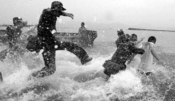 中國在1950年代發生大饑荒,偷渡至港成為老百姓唯一的活路,儘管過程艱辛也在所不辭。(取自網路)