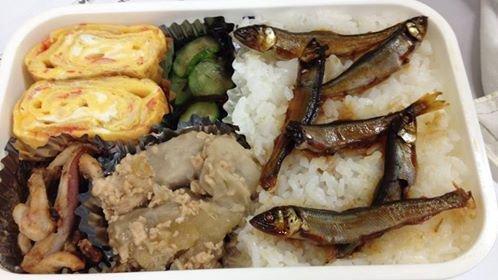 用「アユ」(香魚)排成的「アユ」。(圖/涌井家のお弁当)