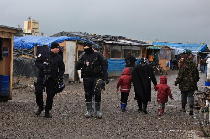 法國鎮暴警察於難民營內巡邏(美聯社)