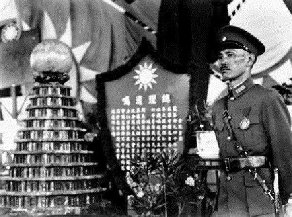 民國24年(1935年),蔣中正在總理悼念儀式上(維基百科)
