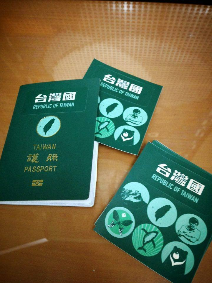 台灣國護照貼紙。(取自「台灣國護照貼紙」臉書)