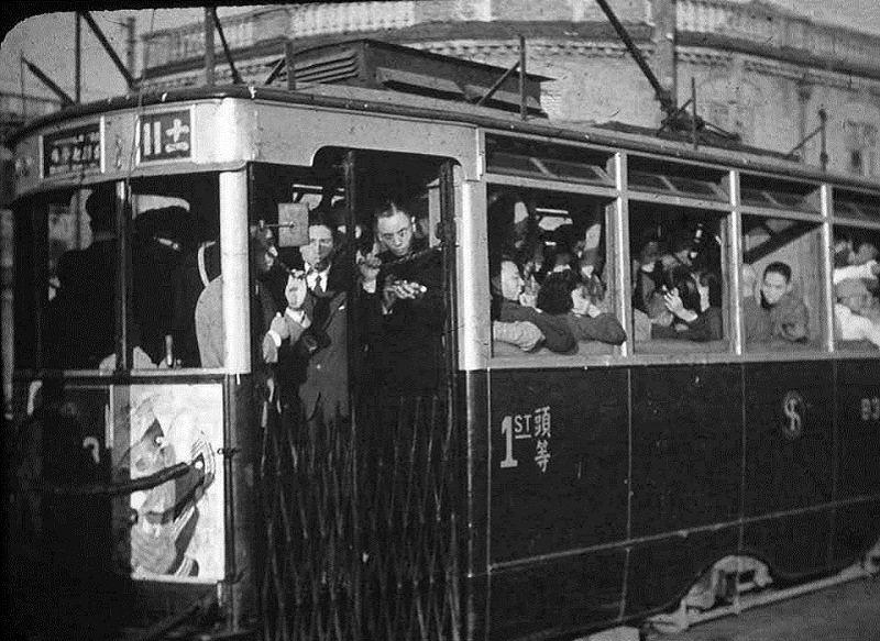 上海老電車,頭等座位都擠成這樣。(作者提供)