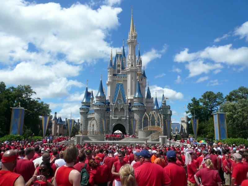 迪士尼每年六月的第一個星期六會舉行同志節,歡迎LGBT族群及其親友當日穿紅色衣服進場。( 圖/取自Wikimedia Commons )