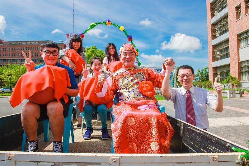 去年長榮大學嫁小羊古禮活動,帶動了大潭社區喜洋洋的氣氛。(圖/擷取自長榮大學網站)
