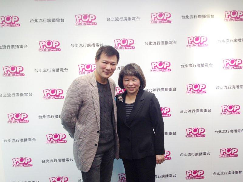 黃敏惠(右)接受廣播主持人蔡詩萍(左)專訪表示,她一直都在各縣市進行基層拜訪,以具體行動與大家真誠溝通,這比較重要。(羅暐智攝)