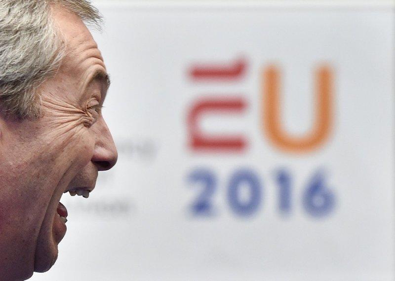 支持脫歐的「英國獨立黨」黨魁法拉吉2月於歐盟峰會記者室接受採訪(美聯社)