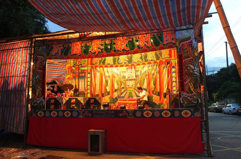 社區內至今仍常舉行各式迎神謝神的慶典,在電視、科技產品大舉入侵現代人生活前,這些廟會活動是小朋友們最期待的娛樂。
