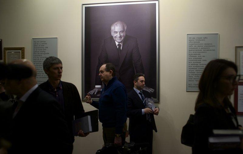 新書發表會現場掛上戈巴契夫年輕時畫像。(美聯社)