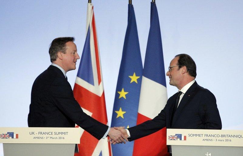 法國總統奧朗德(右)與英國首相卡麥隆(左)於記者會(美聯社)