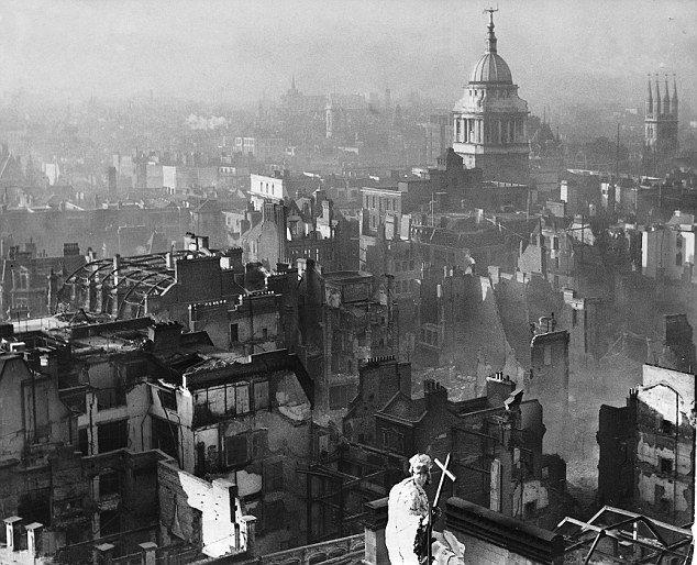 1940年12月29日,德軍轟炸後的倫敦景象。(取自維基百科)