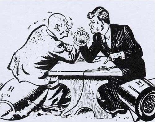 冷戰時期的著名漫畫,赫魯雪夫與甘迺迪互扳手腕較勁,象徵美、蘇的緊張關係。(取自網路)