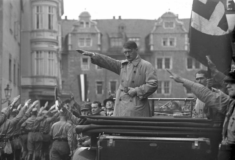 1930年10月,希特勒在納粹黨黨代會上,攝於威瑪。(取自維基百科)