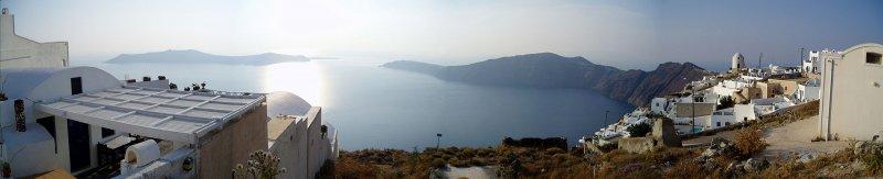 聖托里尼島上建築藍白相間,襯以蔚藍大海,是享負盛名的旅遊勝地。圖為由島上小鎮伊莫洛維里所見的聖托里尼火山口全貌。(取自維基百科)