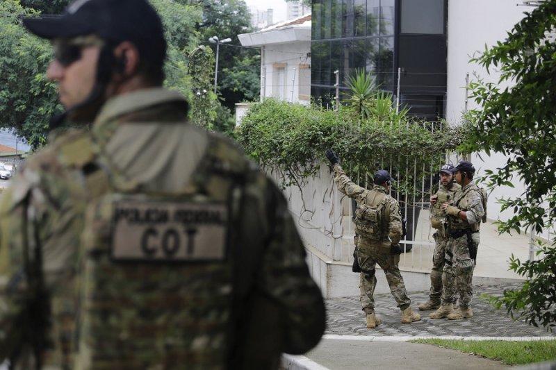 巴西警察於魯拉研究院外(美聯社)