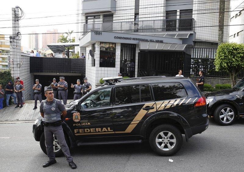 巴西聯邦警察於魯拉住處外(美聯社)