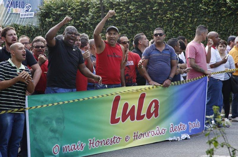 支持魯拉的民眾於魯拉住處外(美聯社)