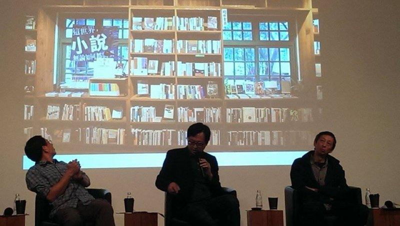 作家舒國治(右)說,自己的台北美學和新的台北樣貌確實有落差,騎腳踏車是那個年代的共同記憶,但對於台北年輕人來說,騎腳踏車是流行趨勢。(劉怡馨攝)