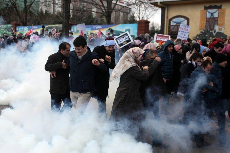 土耳其警方用催淚瓦斯鎮壓民眾(美聯社)