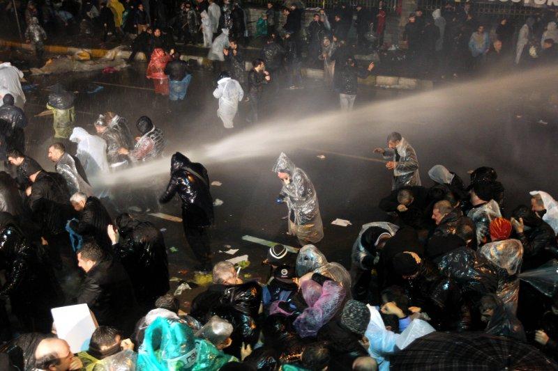 土耳其警方出動水柱鎮壓民眾(美聯社)