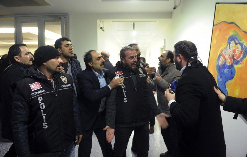 土耳其警方在搜索報社時和報社員工發生口角(美聯社)