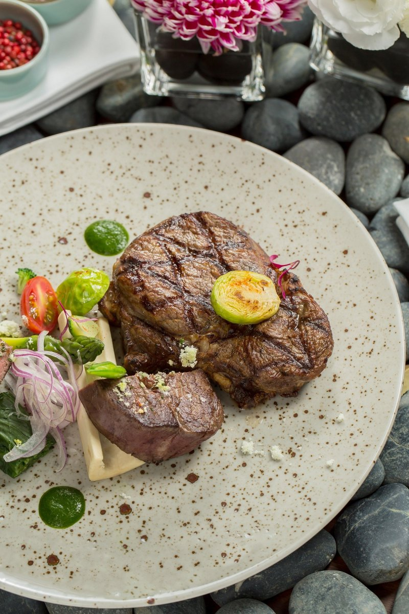 大啖汁多鮮嫩的肋眼牛排,體驗絕妙的「食尚」饗宴。(圖/台北萬豪酒店提供)