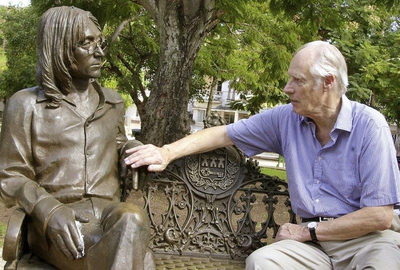 喬治·馬丁於古巴觸碰約翰藍儂的塑像(美聯社)