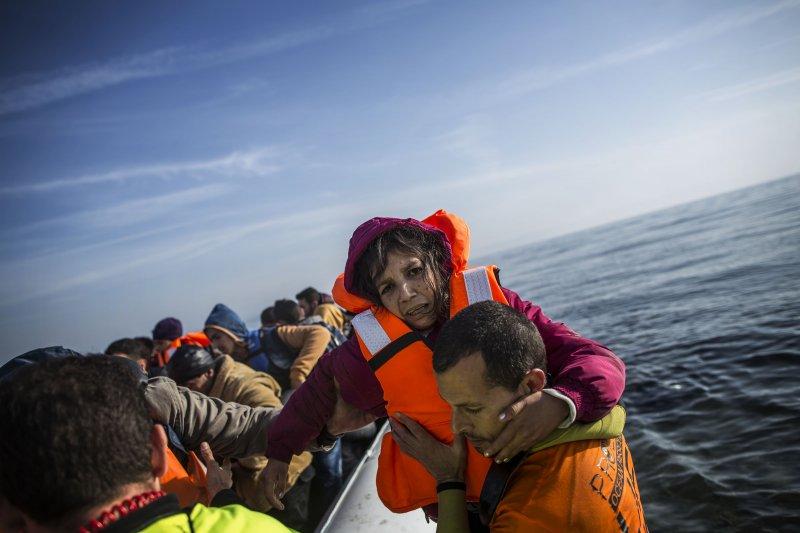 救援人員正在協助一名敘利亞難民(美聯社)