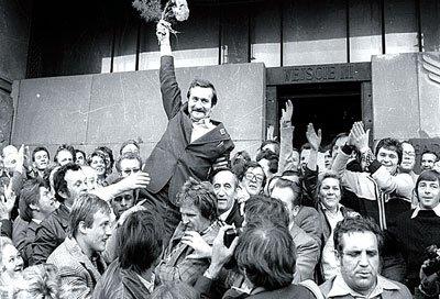 華勒沙,逐漸被人遺忘的名字。他組成「團結工聯」反抗共產政權,復興波蘭自由化運動,並於1983年獲得諾貝爾和平獎;但波蘭官方單位今年2月披露的檔案文件指出,華勒沙曾是共產黨秘密警察的線人,儘管他本人嚴詞否認,仍然引發熱議。(取自網路)