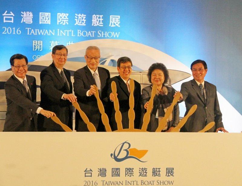 「2016台灣國際遊艇展」活動啟航,前後兩任副總統吳敦義(左3)、陳建仁(右3)同台揭幕。(楊伯祿攝)